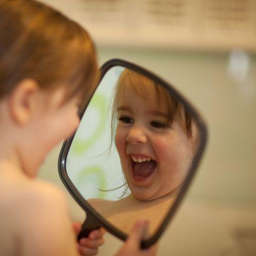 Kết quả hình ảnh cho mỉm cười trước gương